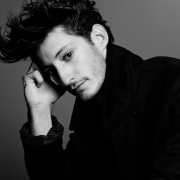 Pierre Niney par Mark Abrahams